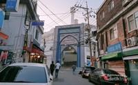 Seoul Central Masjid dan menaranya terlihat dari jalan Itaewon.