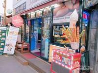Roti dan es krim yang bisa menemani berbuka puasa traveler banyak berjejer d jalan Itaewon.