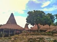 Rumah adat terdiri dari tiga bagian. Bagian bawah untuk memelihara ternak, bagian tengah untuk penghuninya dan bagian atas untuk menyimpan bahan makanan.