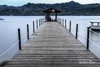 Suasana dermaga pulau Dutungan saat pagi hari.