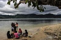 Selain beberapa fasilitas yang lain, fasilitas yang paling banyak orang sukai disini adalah pasir putihnya dengan pemandangan pegunungan kabupaten Barru.