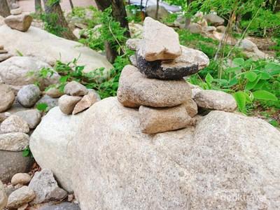 Menyusun Batu Harapan di Gunung Seorak, Korea Selatan