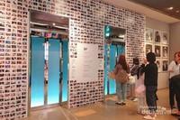 Tak ada dinding yang dibiarkan kosong, bahkan lift pun penuh berisikan foto-foto perjalanan para bintang SM.