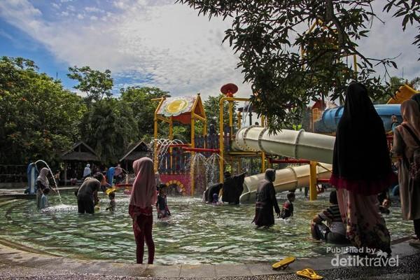 Terlihat beberapa pengunjung sedang bermain di wahana anak di Bugis Waterpark.
