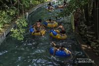 Ini adalah salah satu wahana yang digemari pengunjung. Anda akan menikmati bermain air sambil menggunakan ban karet dengan mengelilingi lokasi Bugis Waterpark di sungai kecil yang jaraknya cukup jauh.