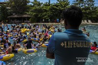 Seorang Lifeguard sedang berdiri di pinggir kolam untuk berjaga. Di setiap wahana diBugis Waterpark, seorang Lifeguard akan selalu berjaga disekitar anda. jadi tetaplah safety saat bermain.