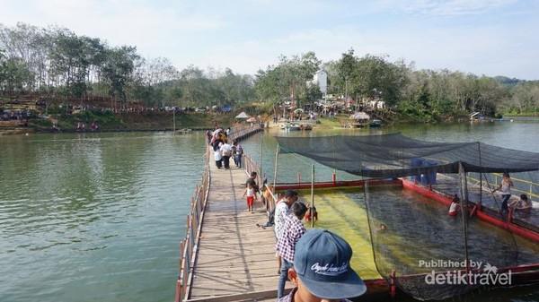 Jembatan Kayu yang menghubung tepian dengan sebuah pulau kecil
