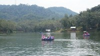 Bermain-main sambil bersampan-sampan pada air danau yang jernih.