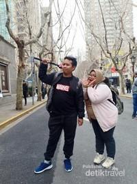 Pengunjung yang berfoto di area Xintiandi