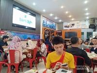 Keramaian Pengunjung di Kedai Kopi Kim Teng