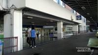 Suasana di luar Bandara, ada klinik dan juga bank