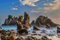 Debur ombak menghantam karang