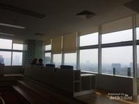 Duduk disofa yang empuk sambil menikmati pemandangan kota Jakarta