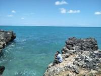 Percikan ombak akan terasa saat wisatawan berada dekat dengan tepi tebing.