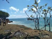 Warna laut Kahuripan bukan hanya biru, tetapi hijau, dan biru muda juga ada di sini.
