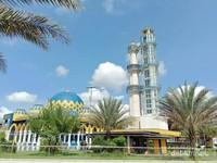 Masjid ini memilki kebun Kurma