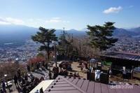 Dek observasi tempat menikmati Gunung Fuji dan Danau Kawaguchiko sekaligus