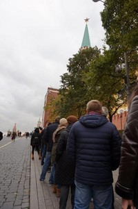 Antrian panjang wisatawan yang ingin masuk ke Lenin Mausoleum