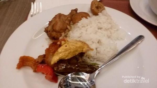 Menu makan siang kami, halal dan cocok untuk lidah Indonesia.