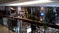 Suasana lobi hotel yang dipotret dari luar musala