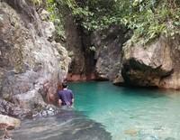 Leuwi Lieuk dengan air yang bening dikelilingi tebing bebatuan yang menggoda