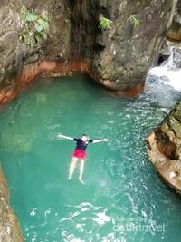 Berenang di sini bikin betah berlama lama