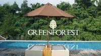 Salah satu sudut green forest dengan kolam renang dan pepohonan di sekitarnya.