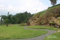 Taman batu / stone garden yang terletak di bagian belakang juga cukup indah.