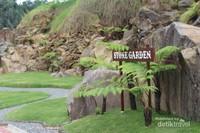Batu-batu besar dengan rerumputan yang hijau membuat taman ini menarik.