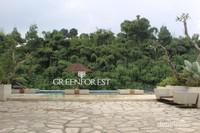 Di sekeliling kolam terdapat bangku yang dapat digunakan pengunjung untuk beristirahat.