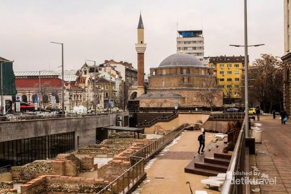 Masjid Banya Bashi dan reruntuhan kota Romawi Serdica