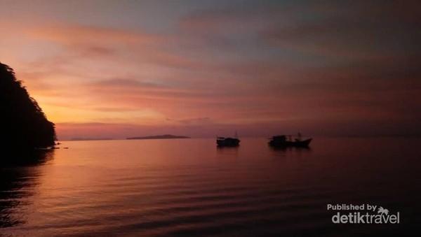 Menikmati Senja di Pulau Lonthoir
