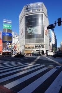 Momen pejalan kaki menyeberang di Shibuya Crossing dapat dilihat dari lantai dua Starbuck di gedung Tsutaya.