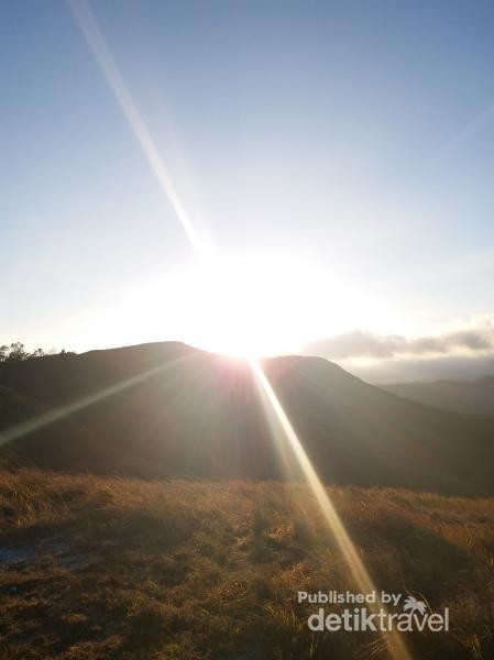 Matahari pagi mulai menampakkan sinarnya di Tanarara