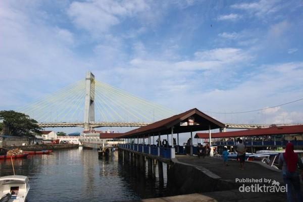 Pelabuhan Kalimas merupakan salah satu pelabuhan yang melayani penyeberangan ke Bunaken dan pulau-pulau lainnya , di bagian belakang nampak Jembatan Soekarno.