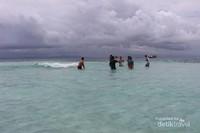 Pulau Nain adalah pulau pertama yang dikunjungi . Saat pagi hari pasirnya akan nampak dan semakin siang air semakin pasang .