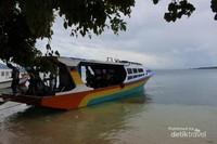 Beberapa perahu yang sandar di tepi pantai Pulau Siladen , di sini biasanya pengunjung beristirahat dan menikmati makan siang .