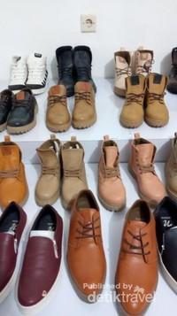 Aneka macam boots yang ada di warehouse.