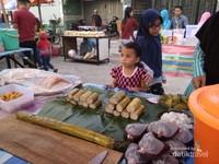 anak-anak mapun orang dewasa sangat menikmati panganan lemang tapai untuk berbuka puasa