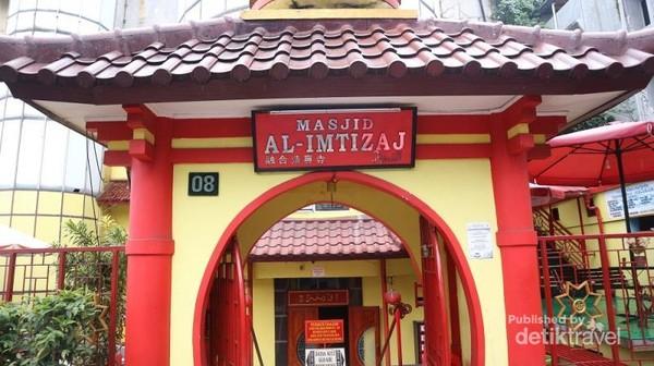 Gapura dengan arsitektur Tiongkok di pintu masuk masjid Al Imtizaj