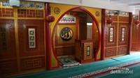 Mimbar masjid Al Imtizaj dengan perpaduan warna emas, kuning dan merah