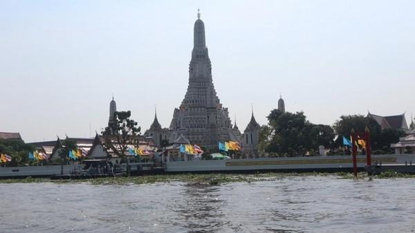 Selain kuil yang megah, terdapat souvenir dengan harga murah di kawasan Wat Arun