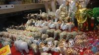 Tidak terkecuali aneka pajangan berbentuk gajah dengan beragam ukuran bisa dibeli di sini.