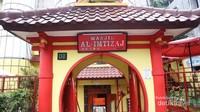 Gapura bergaya Tiongkok di pintu gerbang Masjid Al Imtizaj