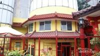 Hingga saat ini masih terlihat bahwa masjid ini dulunya merupakan bagian dari salah sau pusat perbelanjaan di Bandung