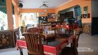 Ruang makan indoor yang nyaman, serasa di rumah sendiri