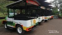 Mobil shuttle yang siap mengantar pengunjung berkeliling perkebunan kopi