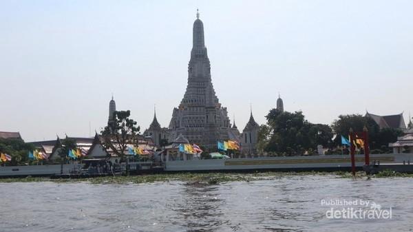 Selain kuil yang megah, traveler juga bisa puas berbelanja di Wat Arun