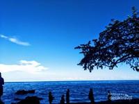 Keindahan pantai Batu Kapal nan biru
