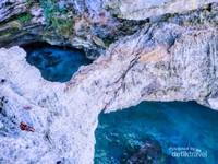Lokasi yang cocok untuk berenang dengan jernihnya air laut
